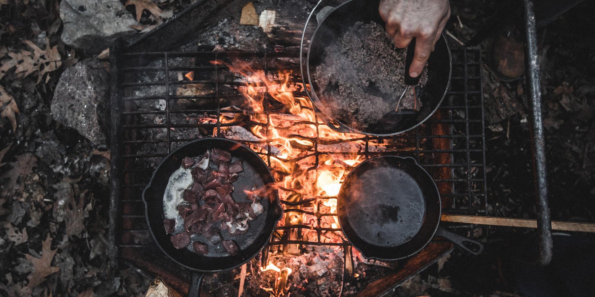 Еда, приготовленная на костре, особенно вкусная