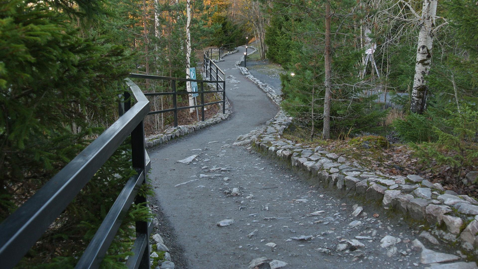 На тропе в парке Рускеала много камней, будьте аккуратнее с детскими колясками