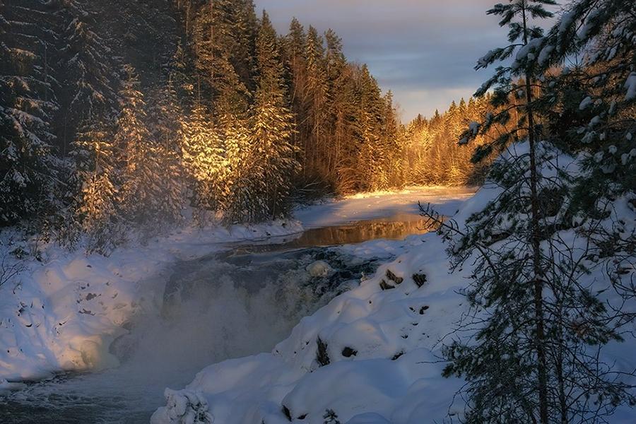Равнинный водопад Кивач не замерзает даже в морозы, настолько тут бурный поток воды