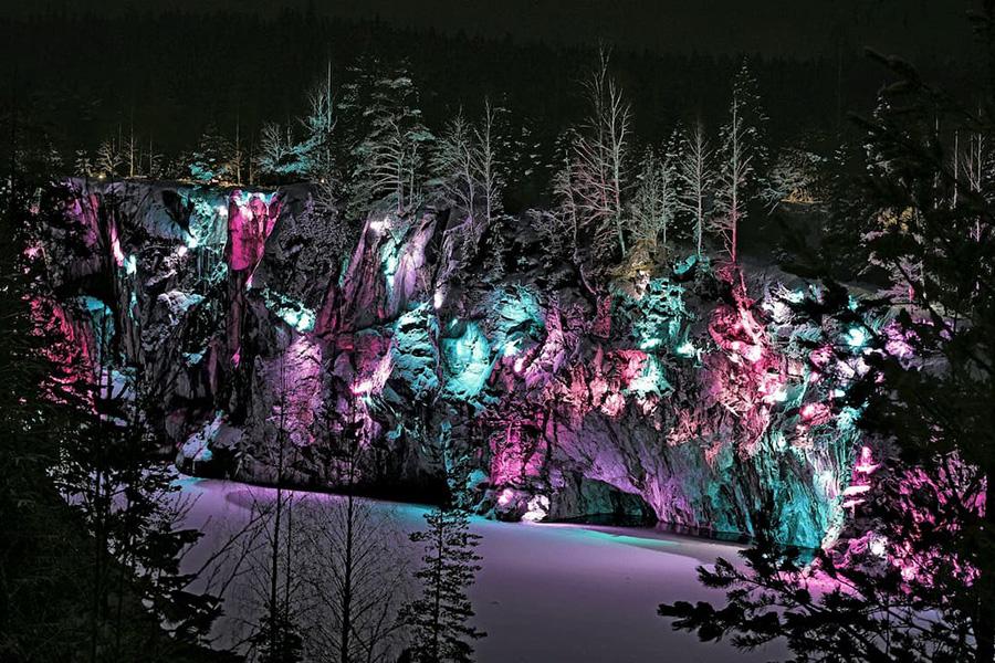 Мраморный каньон зимой подсвечивается художественной подсветкой, это очень красиво