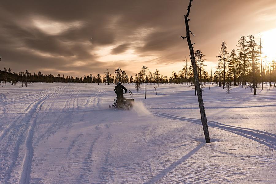 Прокат снегохода в Карелии стоит в среднем от 2 000₽ за час покатушек. Чем больше срок аренды — тем дешевле обходится час.