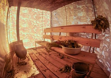 На плоту установлена уютная банька